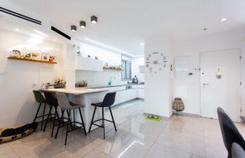 Netanya, Gesher Ha'Ari, 4.5 Room Mini-Penthouse For Sale